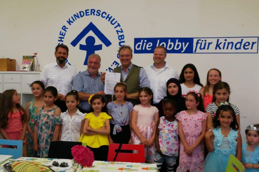 Begrüßt wurden die Gäste von geflüchteten Kindern aus verschieden Ländern. Speisen gab es aus den verschiedenen Herkunftsländern.