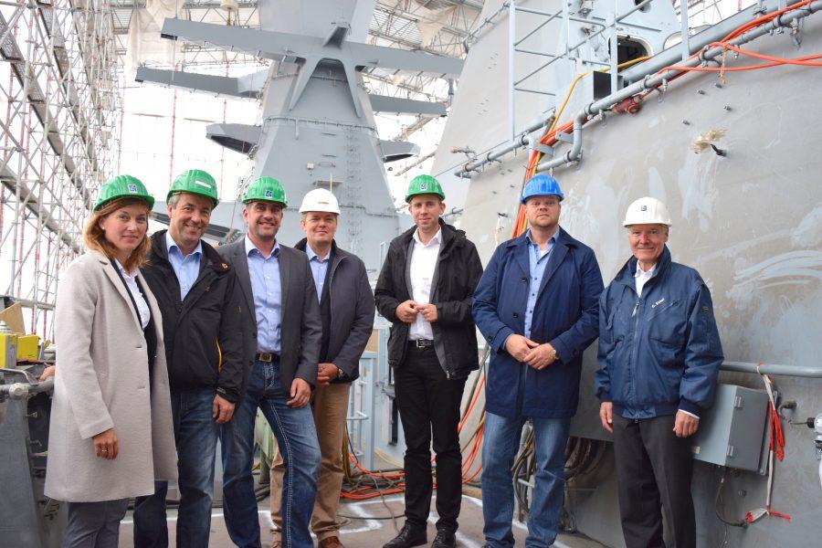 Auf der Korvette Braunschweig (von links): Siemtje Möller, Johann Saathoff (beide SPD-Bundestagsabgeordnete), Betriebsratsvorsitzender Holger Stomberg, EWD-Investor Patrick Hennings-Huep, Dennis Rohde (SPDBundestagsabgeordneter), Matthias Arends (SPD-Landtagsabgeordneter) und Dr. Christian Eckels (Geschäftsführer Emder Werft und Dock-GmbH). Bild: privat